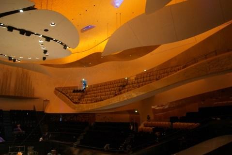 """La grande salle avec les """"nuages"""" et les balcons flottants © Classicagenda"""