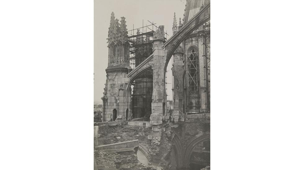 Cathédrale Saint-Pierre de Nantes. Chapelles absidiales sud après les bombardements de 1944 juil. 1948 © Ministère de la Culture - Médiathèque du Patrimoine, Dist. RMN-Grand Palais / image RMN-GP
